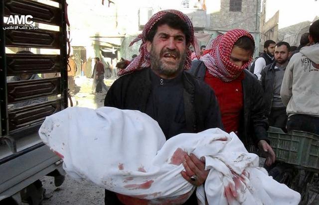 Un sirio llora mientras carga el cuerpo de un menor que murió en un ataque aéreo al vecindario de Marjeh, en Aleppo.