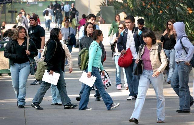 El dinero que el estado destina por cada estudiante a tiempo completo bajó de $24,644 en 2000 a $12,709 en 2014 para los alumnos de UC, y de $9,393 a $7,916 para los de Cal State.