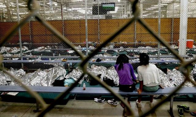 Niños en centro migratorio.
