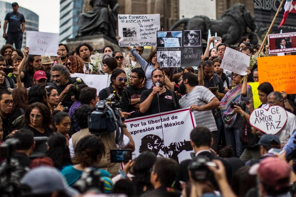 Periodistas protestan tras los asesinatos del periodista Rubén Espinosa Becerril y cuatro mujeres en el DF.