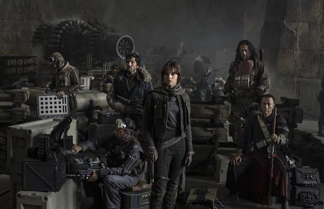 """En esta fotografía se puede apreciar al actor mexicano Diego Luna (en el centro) en su personaje en la película """"Star Wars: Rogue One""""."""