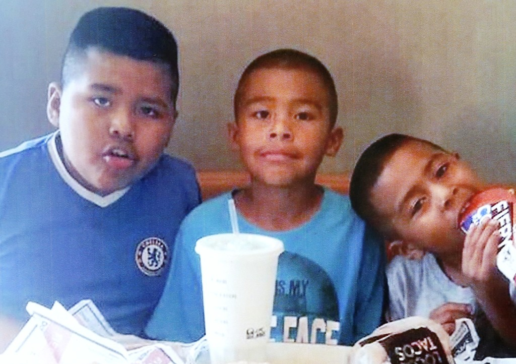 Los pequeños Luis, Juan y Alex Fuentes.