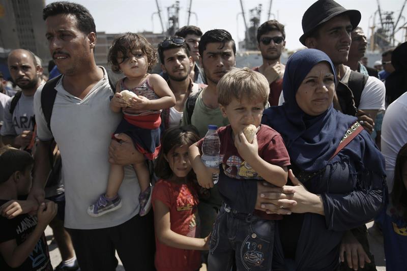 Refugiados de Siria esperan abordar un tren en Turquía.