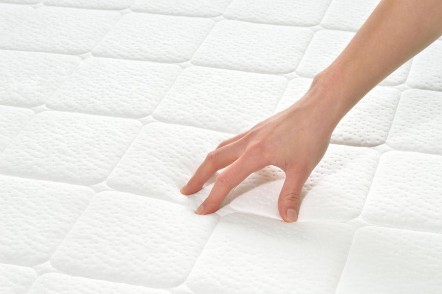 Los forros acolchados e impermeables son los mejores para proteger y alargar la vida del colchón.