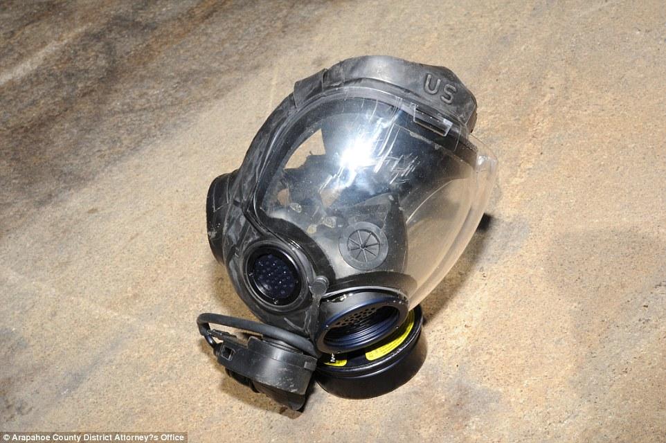 Holmes llevaba puesto esta máscara de gas cuando irrumpió a balazos en la sala de cine.