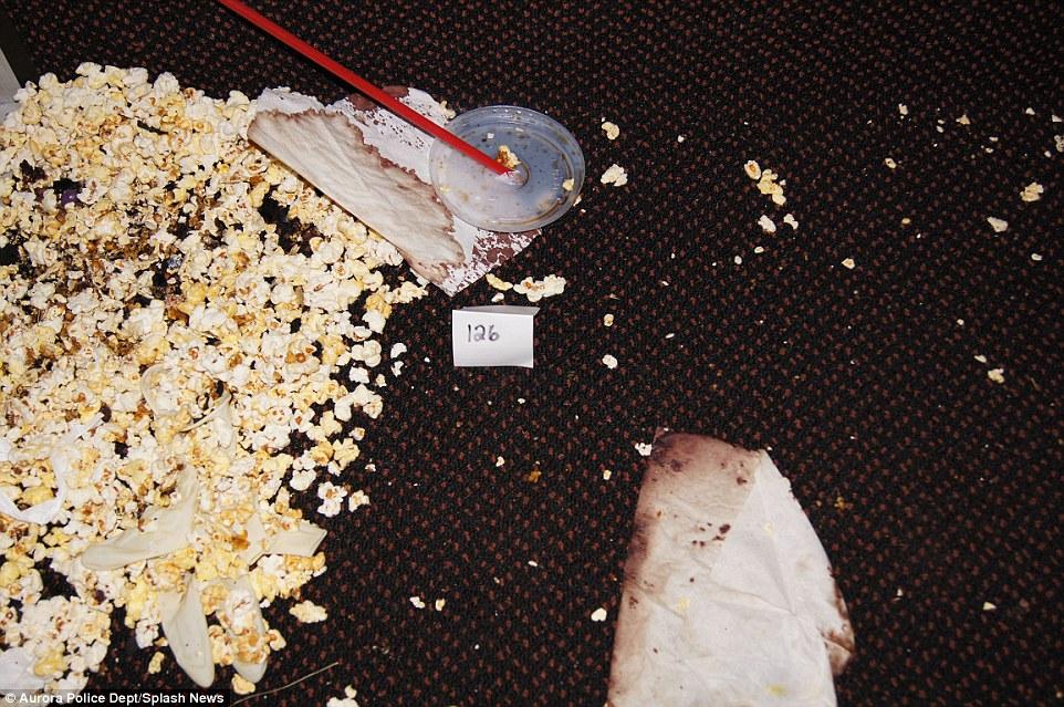 Manchas de sangre cubren la sala de cine.