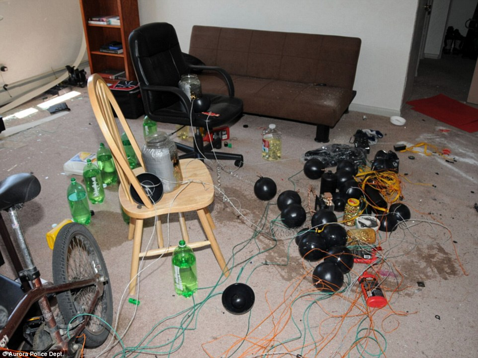 El apartamento de Holmes estaba cubierto explosivos.