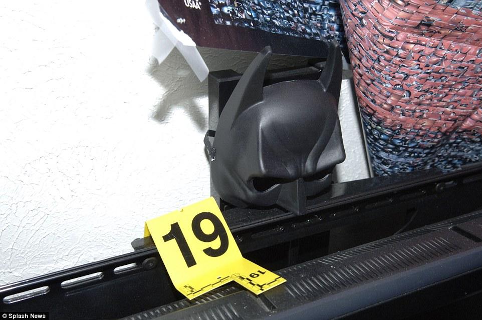 Una máscara de Batman se encontró en el apartamento de Holmes.