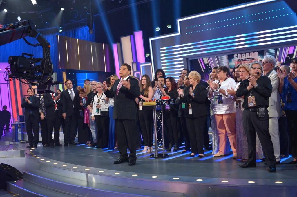 Multitud de colaboradores celebraron con Don Francisco 53 años de historia televisiva con el adiós final a 'Sábado Gigante'.