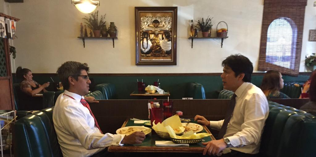 El asambleísta Henry Perea conversa con el presidente del Senado, Kevin de León. /Twitter@AsmPerea
