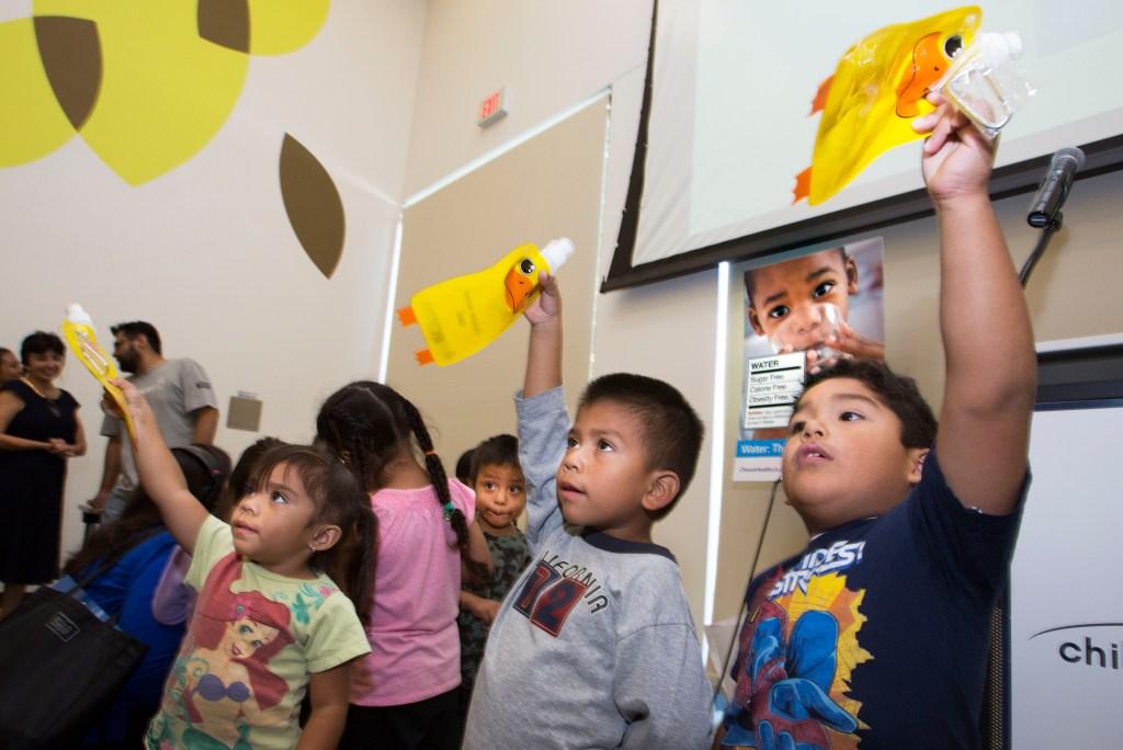 Recientemente autoridades en Los Ángeles lanzaron una campaña para que los niños consuman más agua y menos sodas. /Ciro Cesar