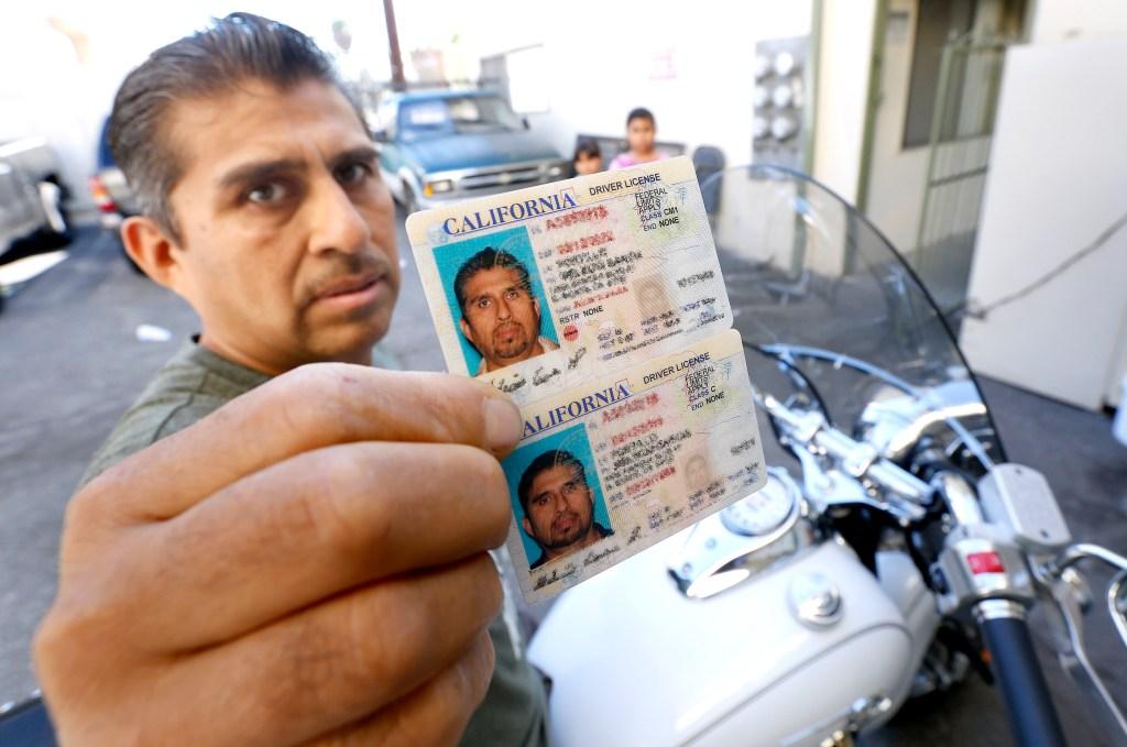 Melecio Garcia tiene seguro tanto para su auto como para su motocicleta. (Aurelia Ventura/La Opinión)