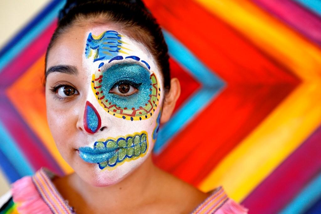 Jackie Magdaleno muestra la pinta tradicional de caras alusivas al Día de los Muertos.