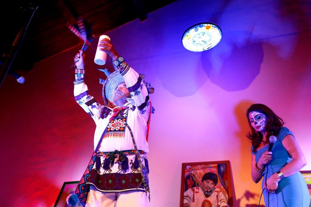 Macario Matias Carrillo, un shaman Huichol realiza una bendición tradicional durante un evento donde se ofreció un vitazo a la celebración de este año.