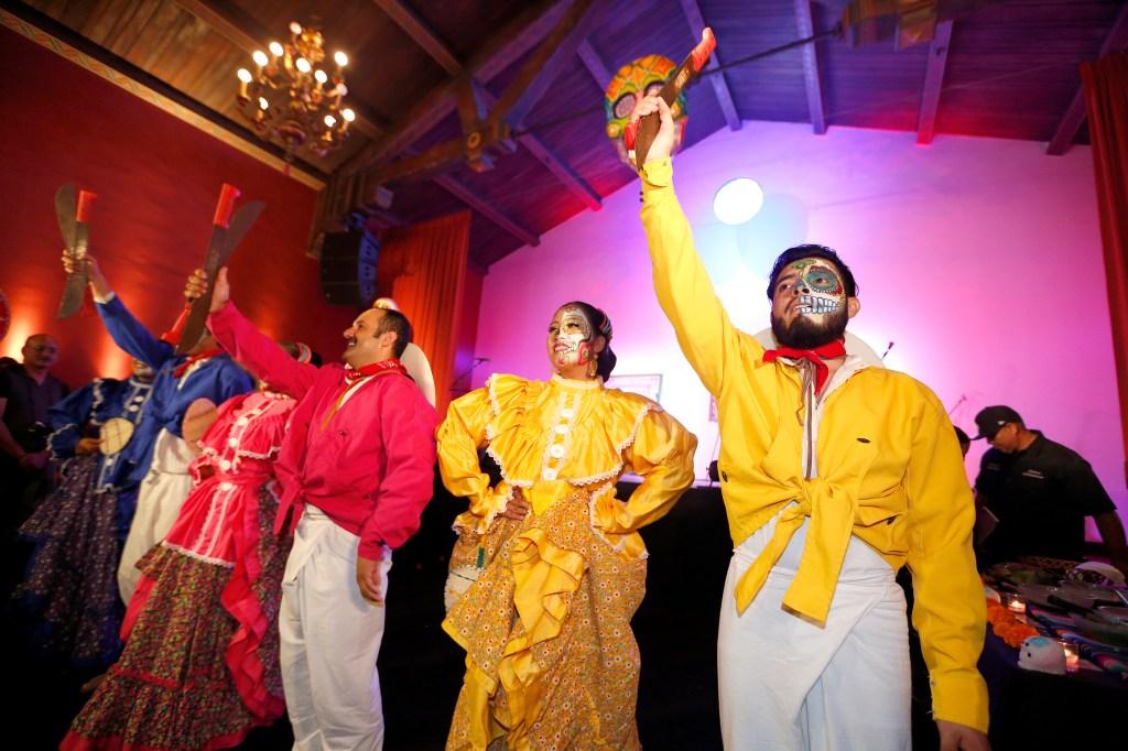 Miembros del ballet folklórico Tapatío muestran una danza que presentarán en el evento del 24 de octubre.