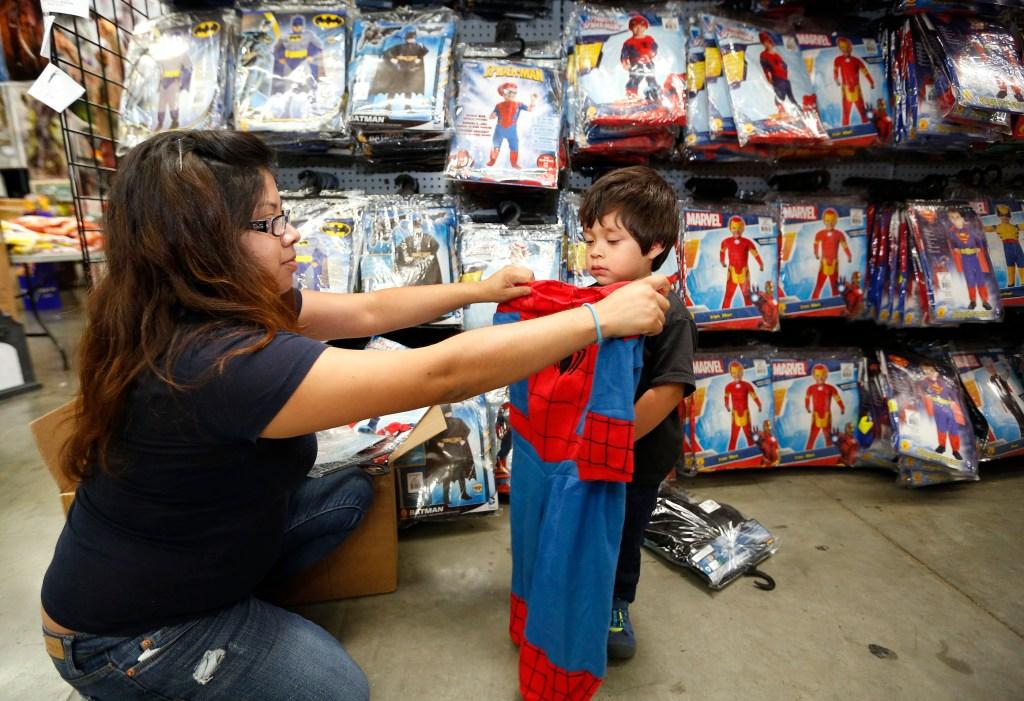 Cecilia Cervantes con su hijo Luis, de 2 años, o mejor dicho 'Superman' en la tienda de disfraces Halloween Club en Montebello.