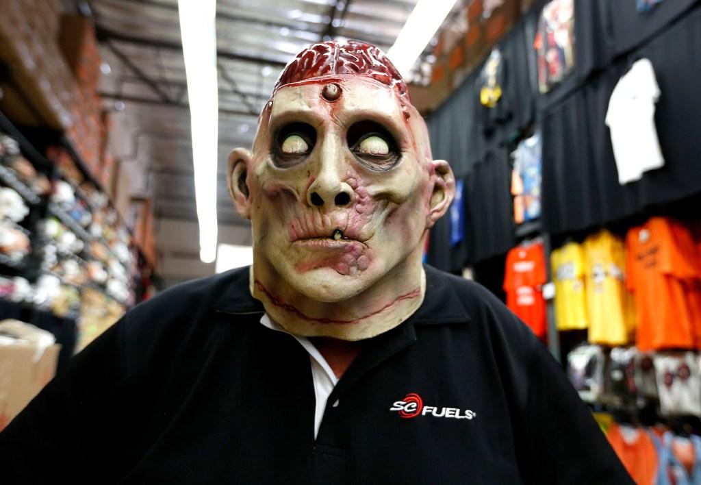 Que miedo. Gino Esquivel busca una máscara para disfrazarse el Día de las Brujas.