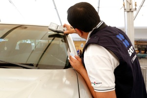 Juan Alfonso López, agente de la aduana de México, ayuda a connacionales en el Consulado de México en Los Ángeles a cancelar sus permisos temporales de importación de autos. /AURELIA VENTURA