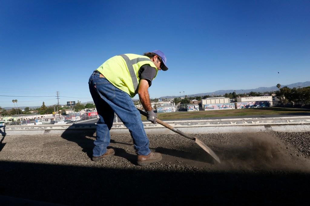 Ya se relizan reparaciones en los techos de las escuelas de Los Ángeles. / Aurelia Ventura