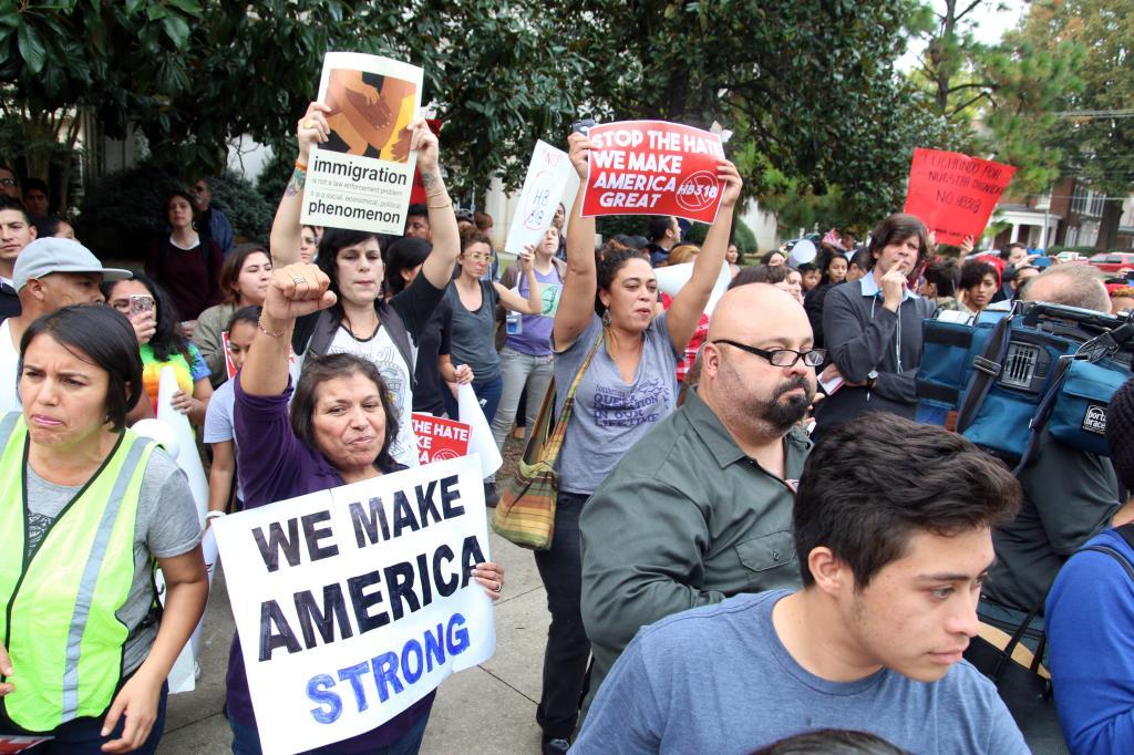 Más de 200 personas participan en una protesta en Raleigh contra la nueva ley aniinmigrante de Carolina del Norte.