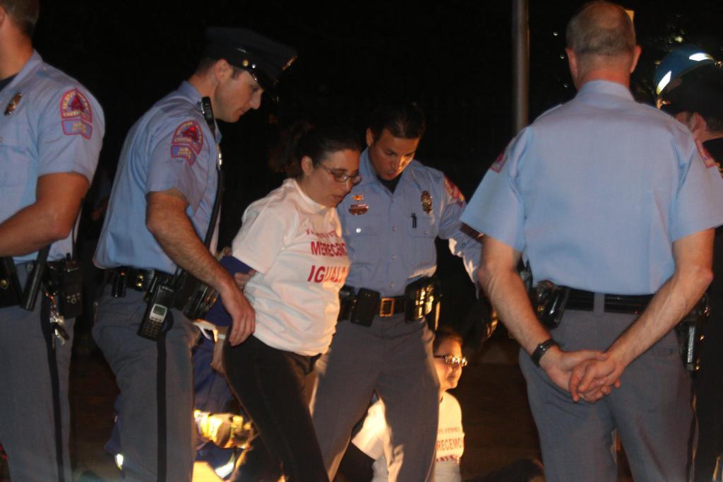 Angeline Echeverría, directora ejecutiva de El Pueblo, la institución hispana más importante de la capital de Carolina del Norte, es detenida durante un acto de desobediencia civil contra la ley HB 318.