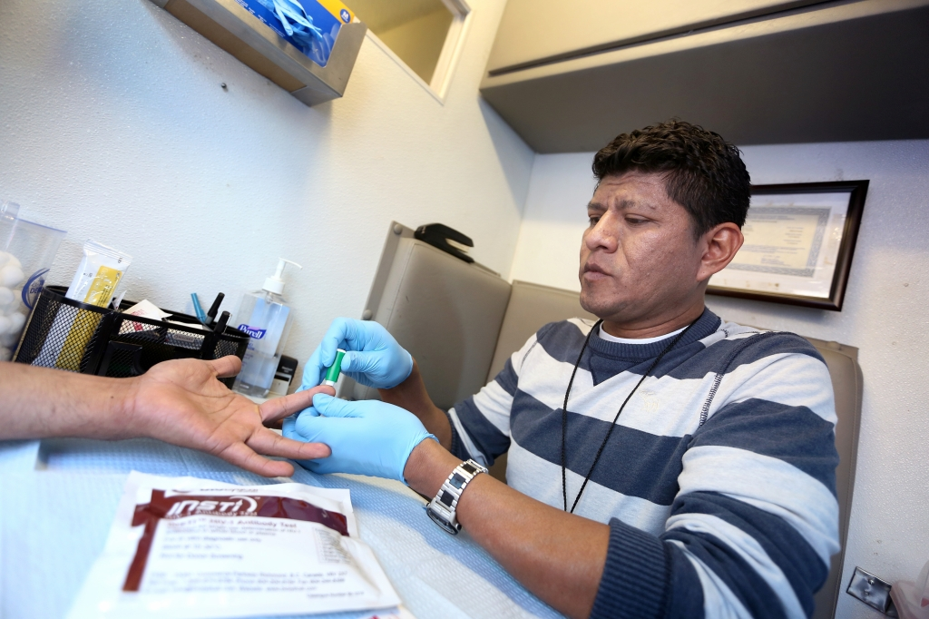 """""""El estado migratorio puede prevenir que individuos se hagan la prueba"""", aseguran las autoridades del CDC. /archivo"""