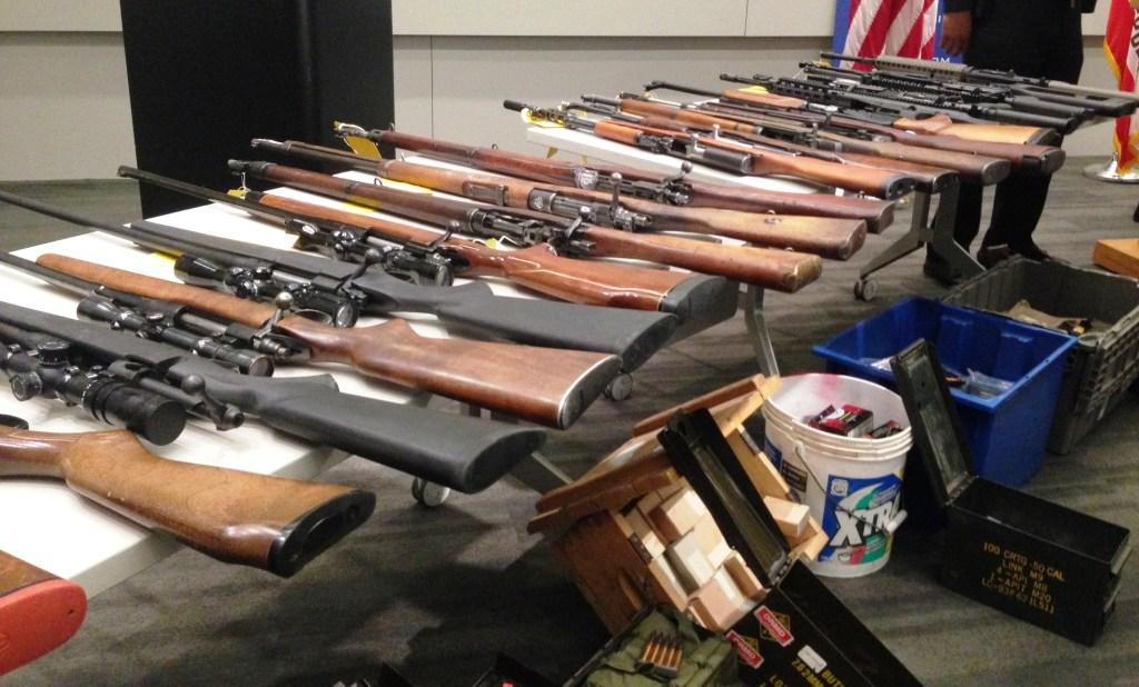 Armas confiscados al residente de Northridge por la Policía de Los Ángeles/ Jorge Morales Almada