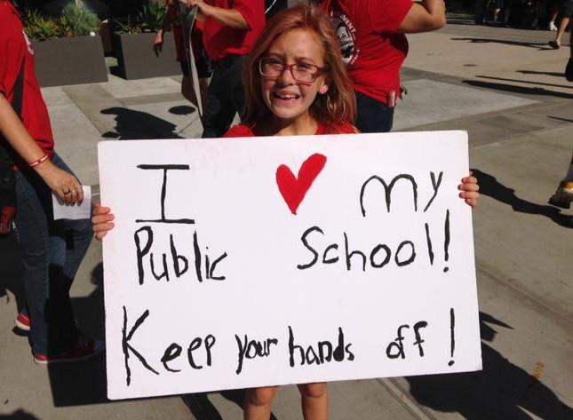 Decenas de miembros de UTLA han protestado la expansión de escuelas chárter. (Twitter @UTLAnow)
