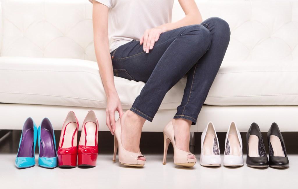 Opta siempre por los zapatos de tacón alto que te den comodidad y seguridad al caminar.