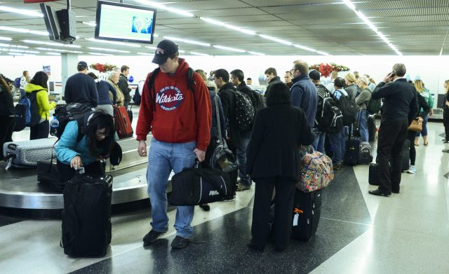 PASAJEROS EN AEROPUERTO INTERNACIONAL O'HARE EN CHICAGO
