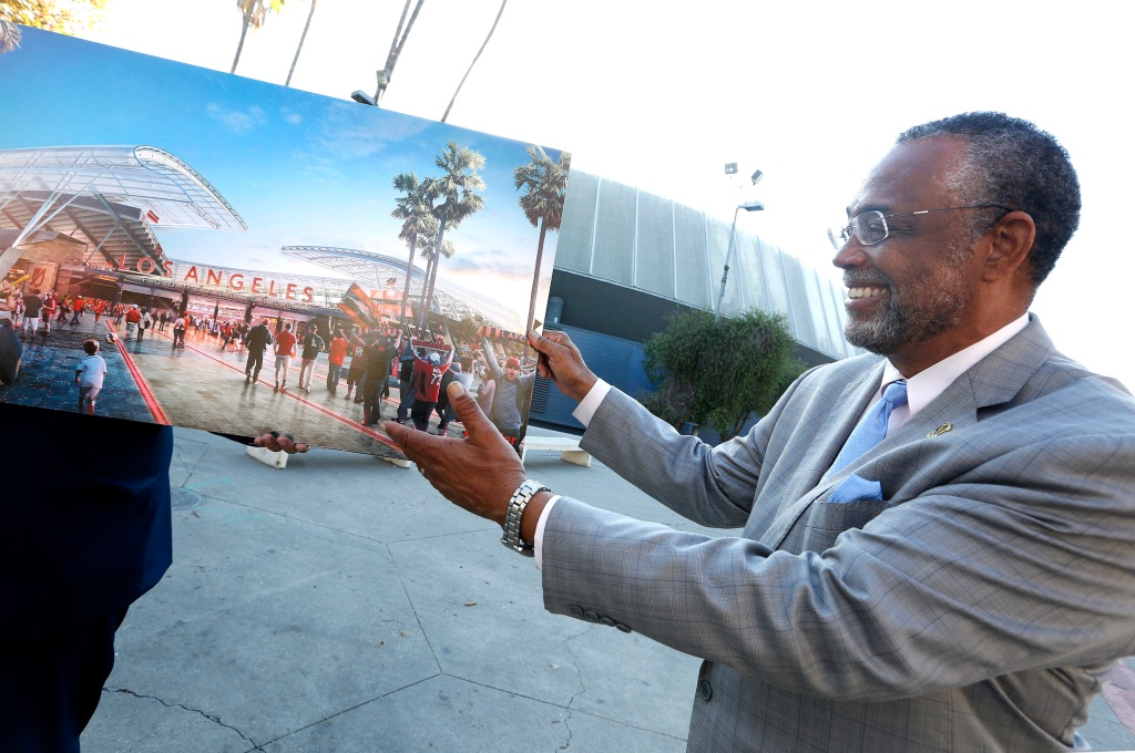 11/24/15 /LOS ANGELES/Ninth Council District, Councilmember Curren D. Price Jr. holds an artist sketch of the proposed Los Angeles Football Club Stadium Development Project that will replace the existing Los Angeles Sports Arena. (Photo by Aurelia Ventura/La Opinion)