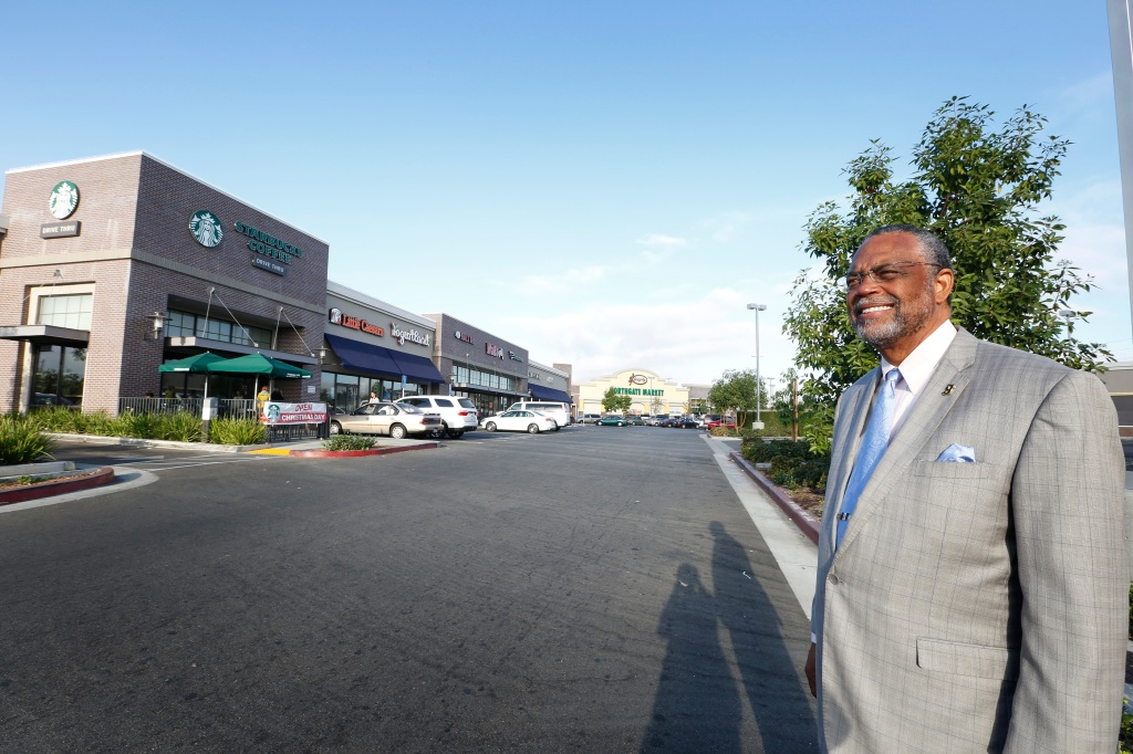 11/24/15 /LOS ANGELES/Ninth Council District, Councilmember Curren D. Price Jr. tours the just-opened Juanita Tate Marketplace in South Los Angeles. The outdoor shopping center, spanns more than 77,000 square feet with businesses that include a CVS/Pharmacy, Starbucks, Panda Express and Yogurtland. It is named for the late Juanita Tate, a community activist. (Photo by Aurelia Ventura/La Opinion)
