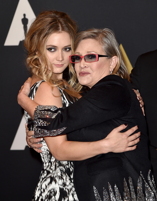 Billie Catherine Lourd (izq.) y la actriz Carrie Fisher, hija y nieta, respectivamente, de Debbie Reynolds.