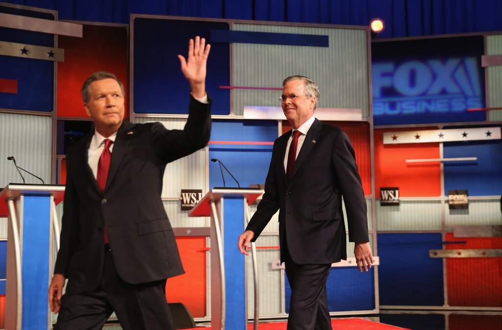 John Kasich (L-R) y Jeb Bush al momento de entrar en el recinto del debate.