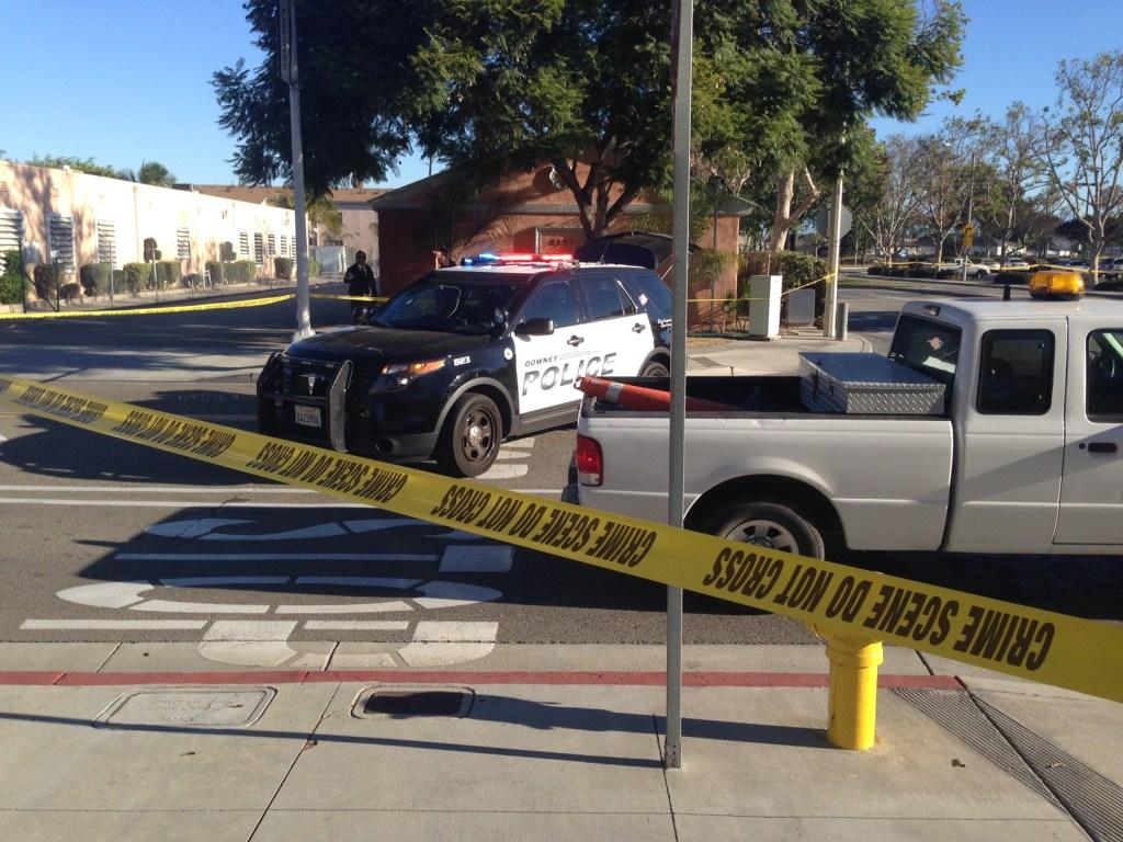 Escena del crimen afuera de la estación de Policía de Downey. (Isaías Alvarado/La Opinión)