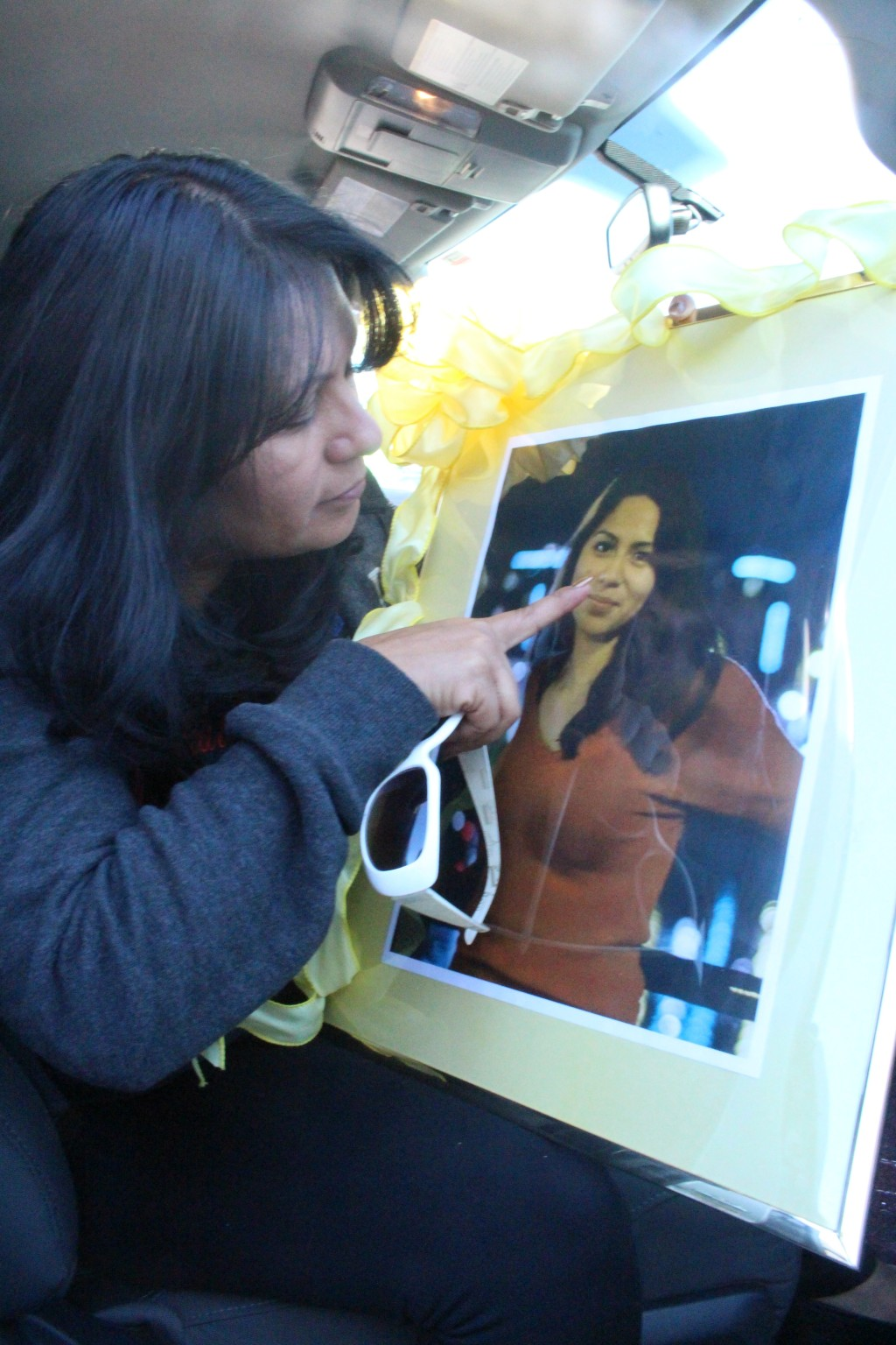 A través del cristal de este cuadro, Beatriz González intenta tocar el rostro de su hija, Nohemí González, quien falleció en la masacre de París, Francia, el pasado 13 de noviembre.