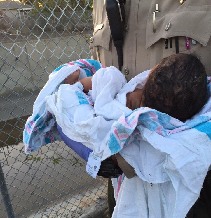 La recién nacida que estaba debajo de unas piezas de asfalto y basura dentro de un agujero al lado de un sendero para bicicletas. /SUMINISTRADA