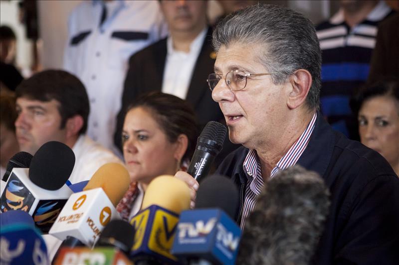 """Líder socialdemócrata venezolano ve difícil que Maduro llegue a su fin """"natural"""" En la imagen, el miembro del comité ejecutivo de la alianza opositora Mesa de la Unidad Democrática (MUD) Henry Ramos Allup."""