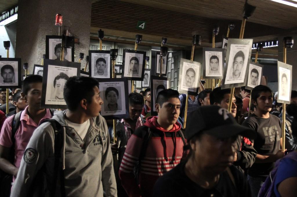 La marcha por los 43 de Ayotzinapa recorrió del Zócalo a la basílica de Guadalupe, en Ciudad de México.