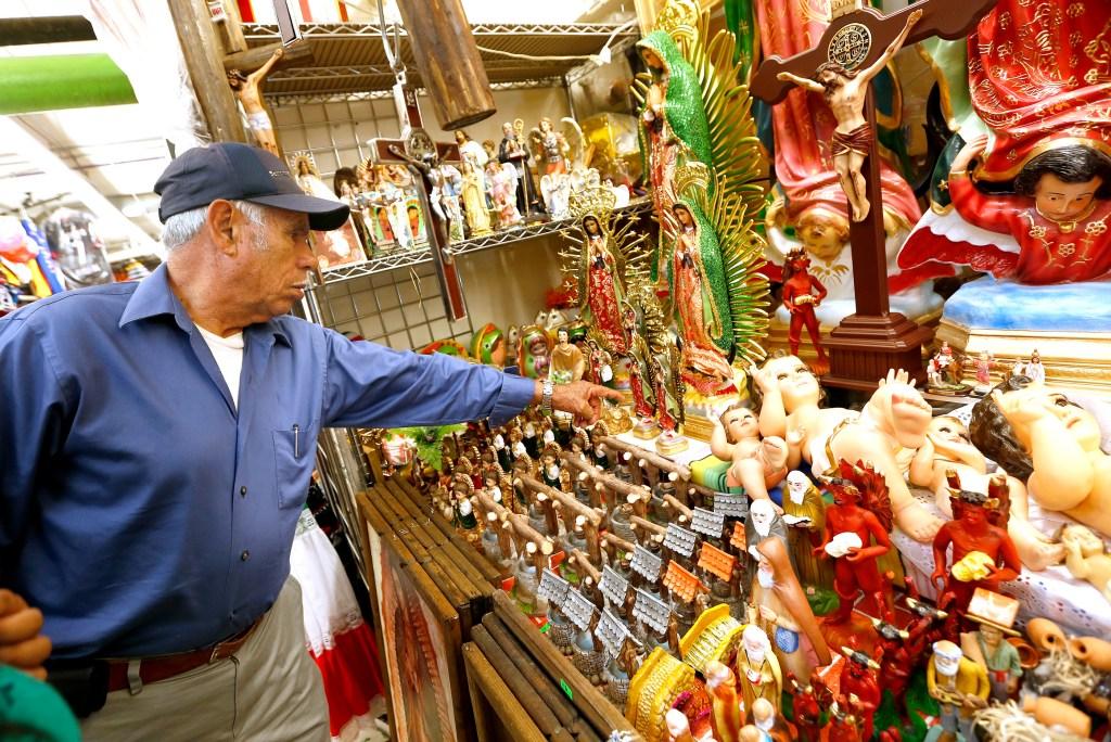Javier Villanueva busca cosas alusivas a la Virgen de Guadalupe en el Mercadito del Este de Los Ángeles. /AURELIA VENTURA
