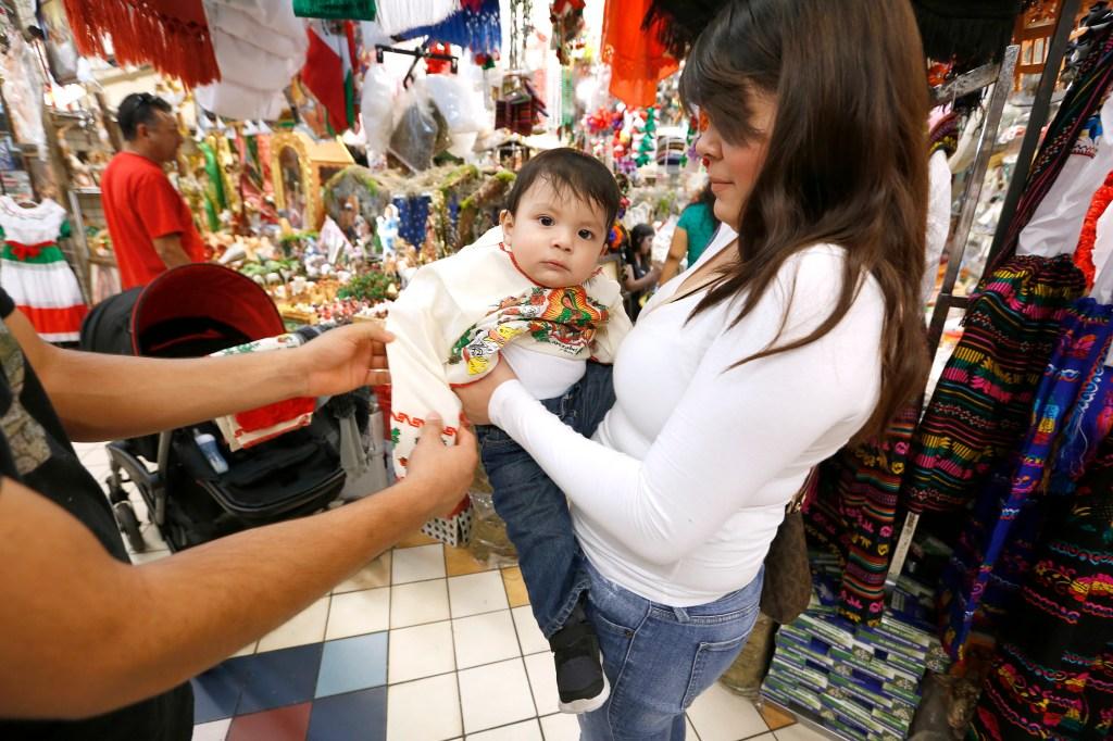 Daisy Oliden y su esposo Armando Valdez le prueban su atuendo de Juan Diego a su hijo Andy. /AURELIA VENTURA