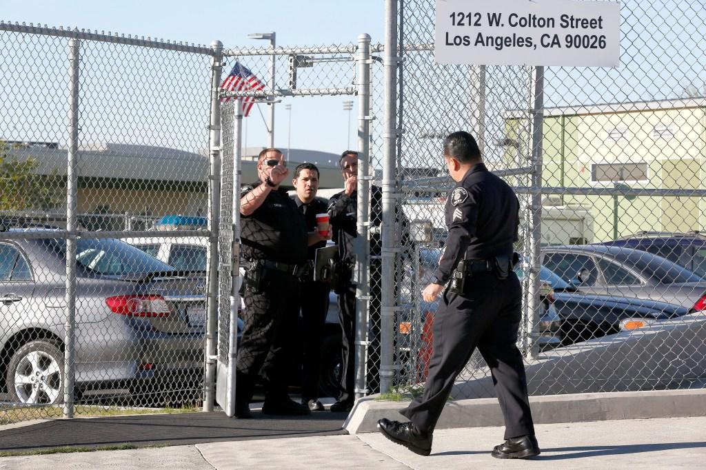 Agentes policiales realizan pesquisas en el  Edward R. Roybal Learning Center. /Aurelia Ventura