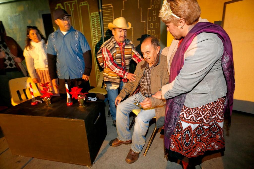 12/18/15 /LOS ANGELES/Teatro jornalero Sin Fronteras realizan la producci—n ÔEl Ni–o Dios viene palÕ NorteÕ en la Iglesia Mission Dolores. (Photo by Aurelia Ventura/La Opinion)