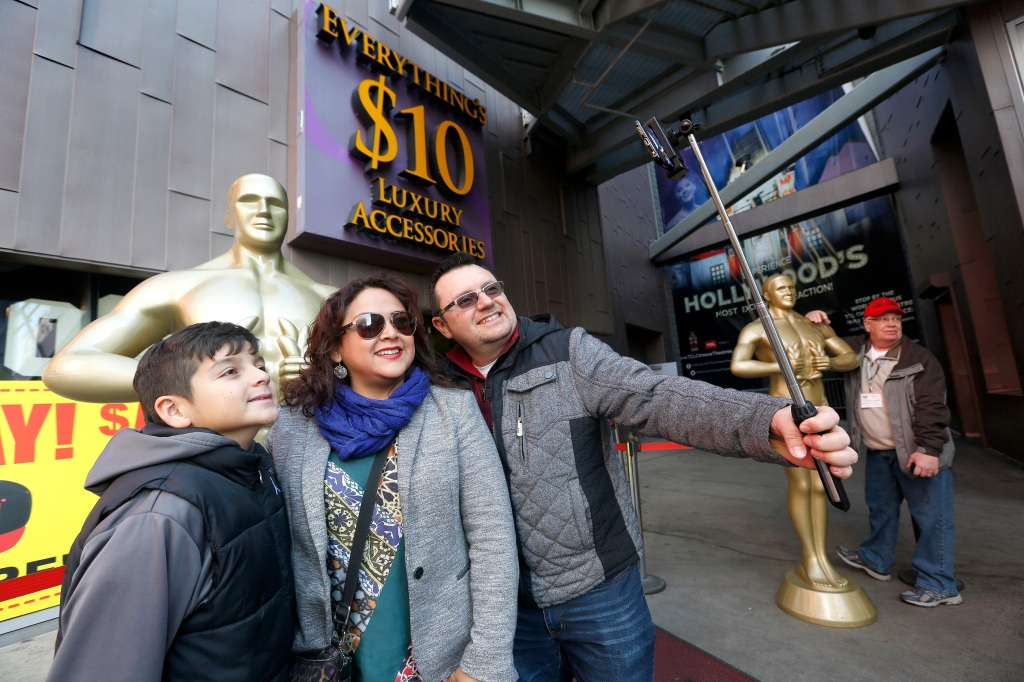 12/31/15 /HOLLYWOOD/Teresa Cruz takes a selfie with her family while visiting Hollywood Blvd., a popular tourist attraction. (Photo by Aurelia Ventura/La Opinion)