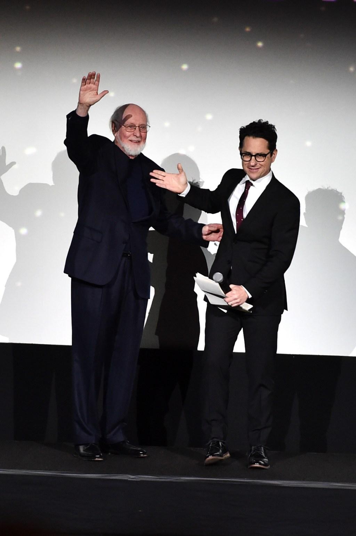 El director J.J. Abrams (der.) presentó al compositor John Williams (izq.).
