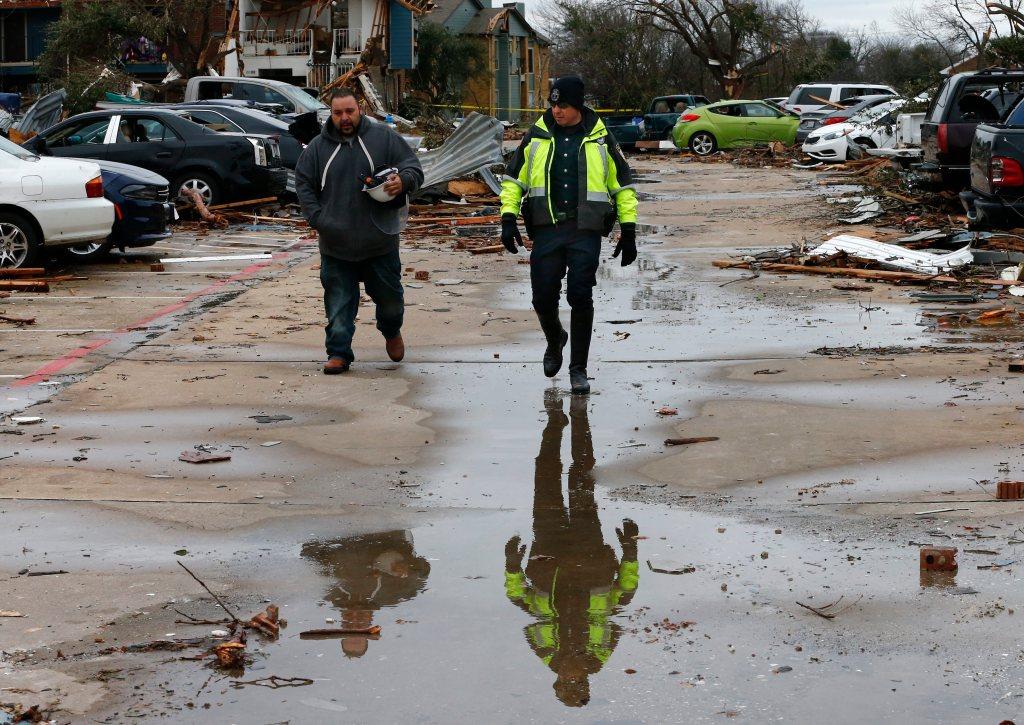 Los tornados y tormentas que cruzan el sur y centro de Estados Unidos han causado ya más de 40 muertos después de que once personas fallecieran el sábado por la noche en la zona de Dallas.