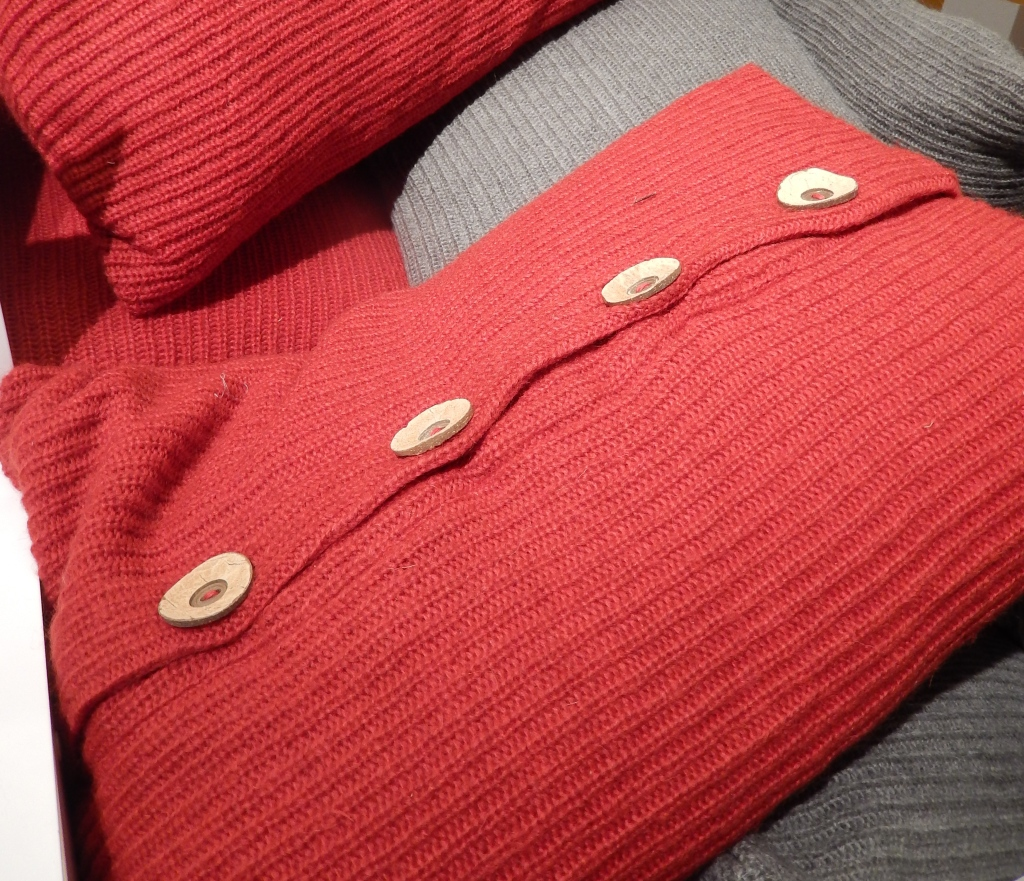 Los cojines modernos llegaron decorados con botones.