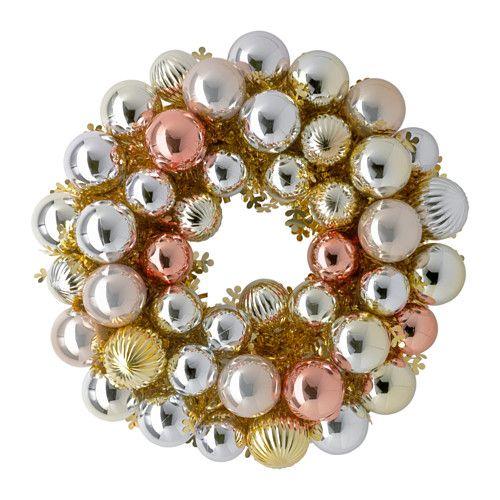 La corona navideña 2015 tiene incorporada esferas en tono rosado.