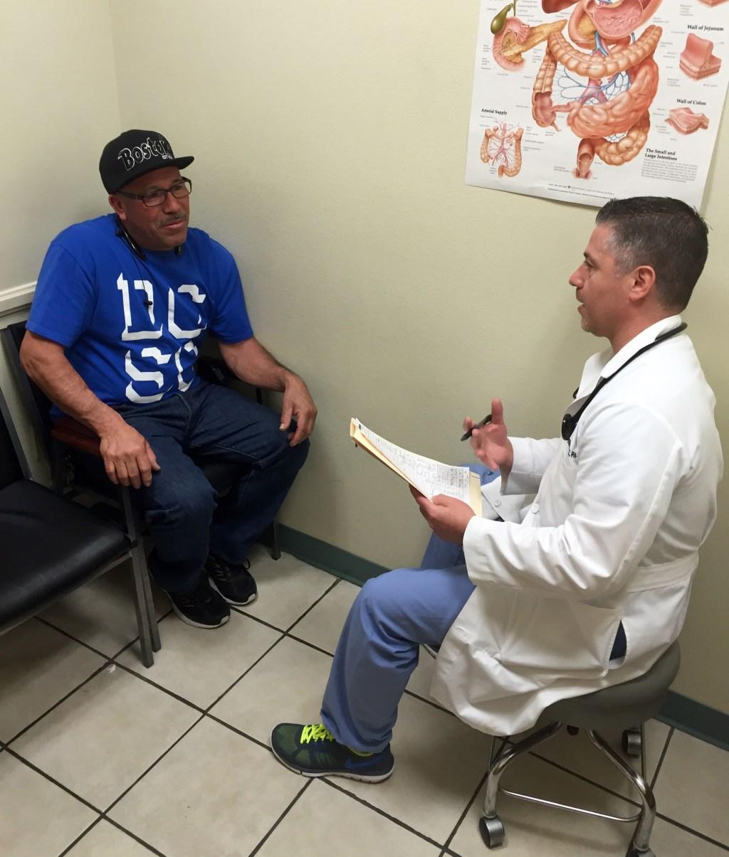 Atender a los pacientes con esmero es un hábito para el Dr. Velázquez.