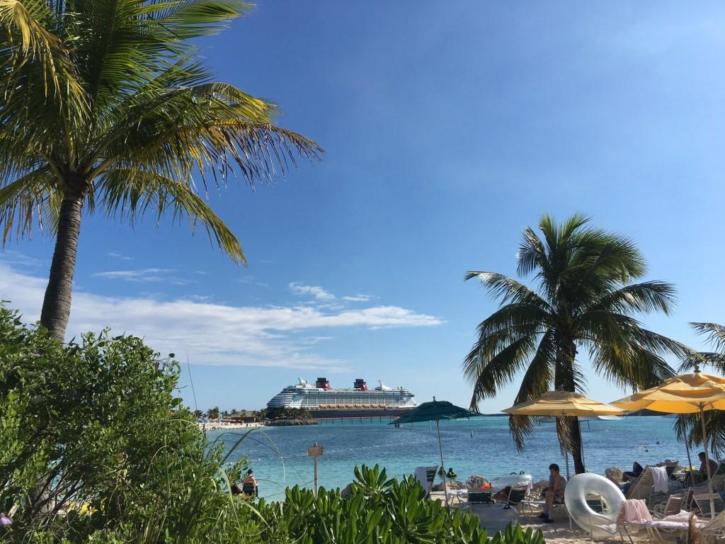 El Disney Dream desde Castaway Cay, la isla de Disney en las Bahamas.
